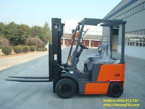 Xe nâng điện ngồi lái 2 tấn hoạt động phổ biến ở nhiều lĩnh vực